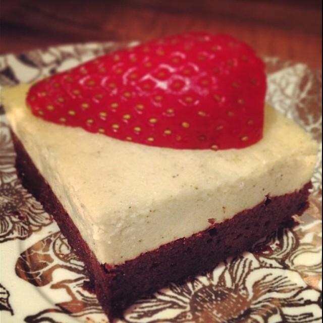 Brownie-Cheescake aufgeschnitten erdbeere