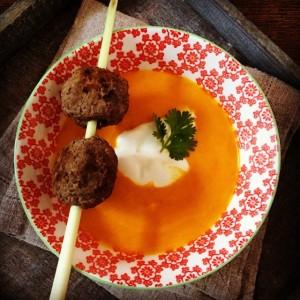 Kürbis-Karotten-Suppe Hackbällchen close