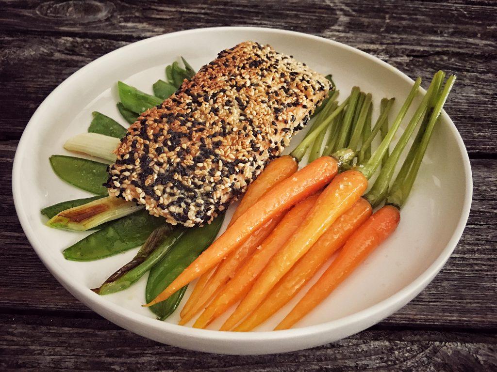 Lachs in Knusperkruste mit Gemüse