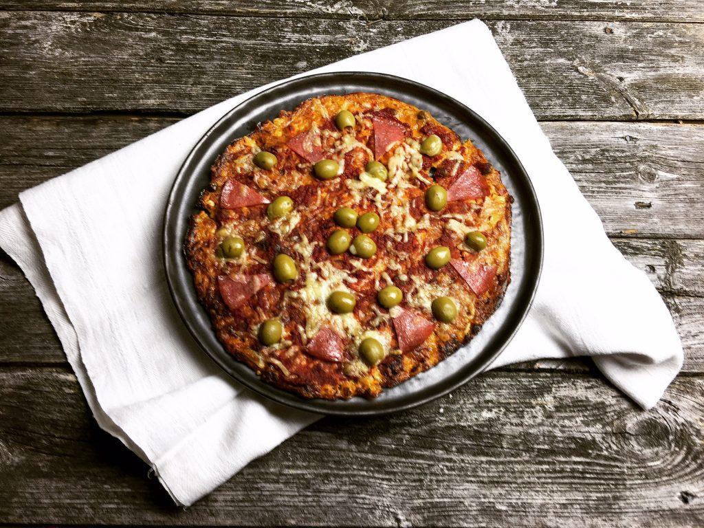 Low Carb Pizza mit würzigem Thunfischboden ganz einfach