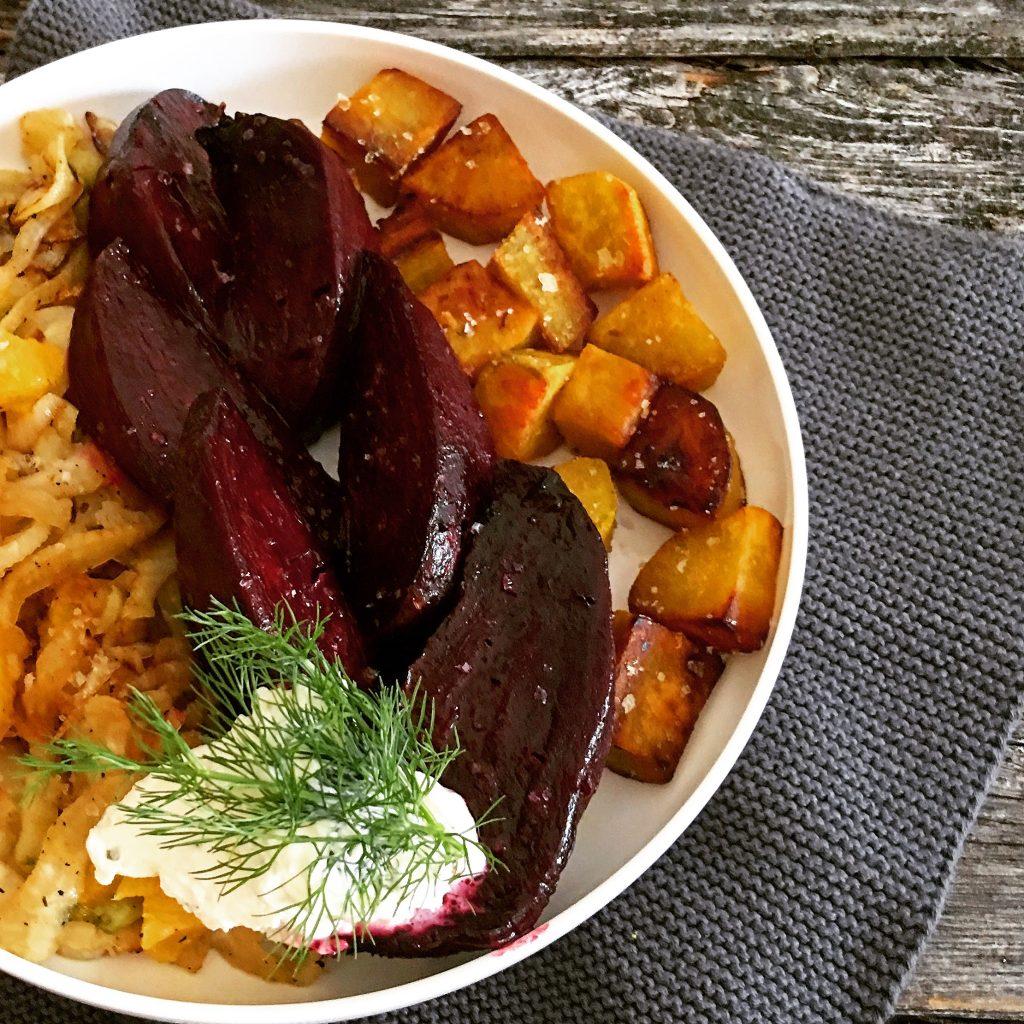Veggie Bowl mit Fenchelsalat, gebackener roter Bete und Süßkartoffel