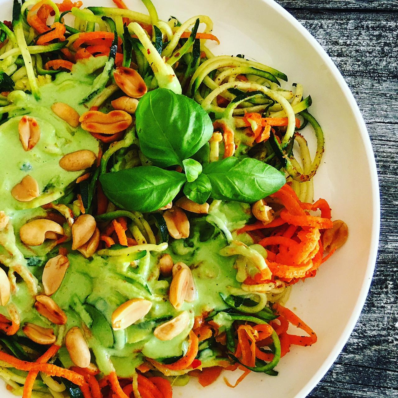 Gemüsespaghetti mit Joghurtsoße und gerösteten Erdnüssen