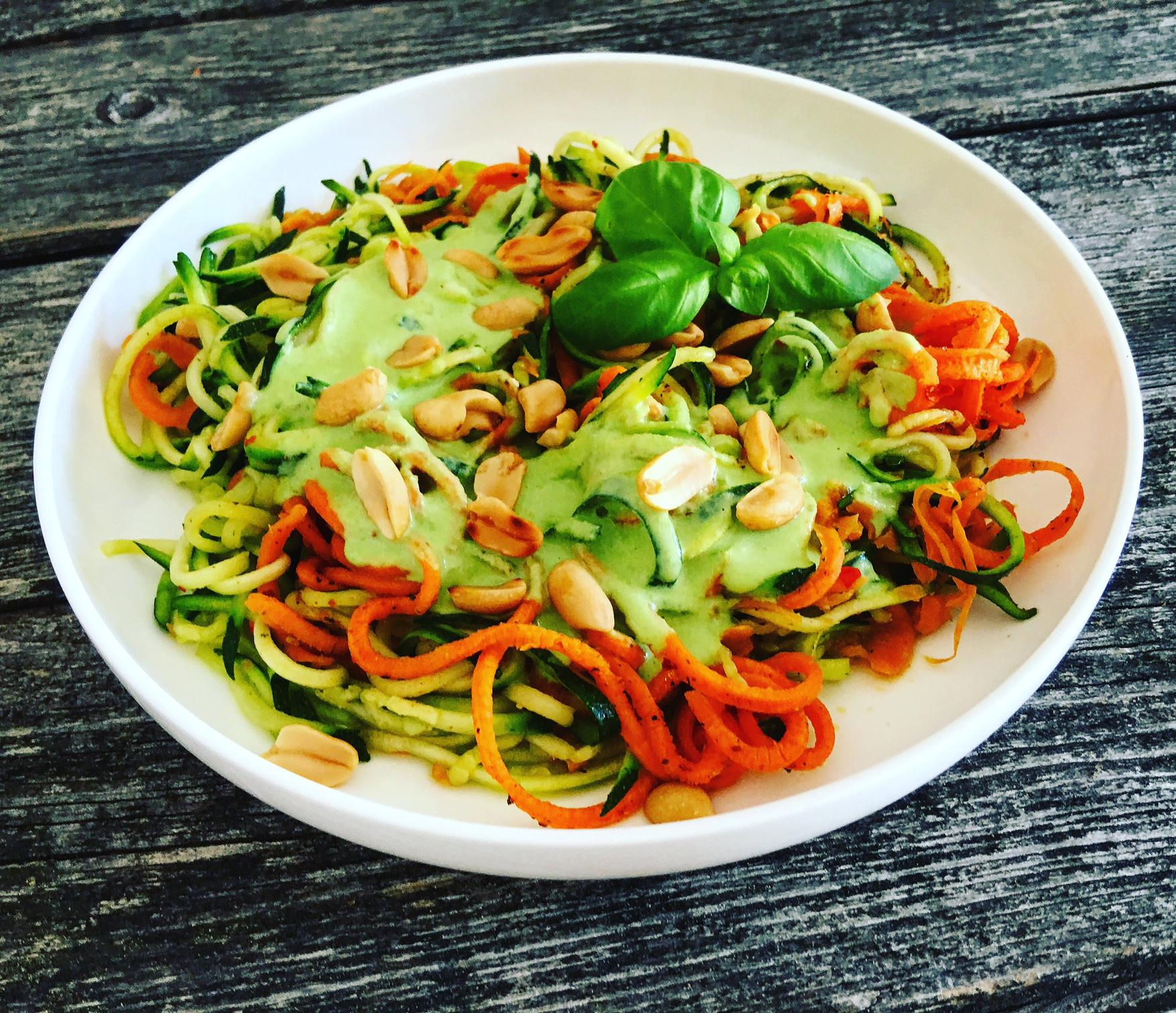Gemüsespaghetti mit Joghurtsoße und Nüssen
