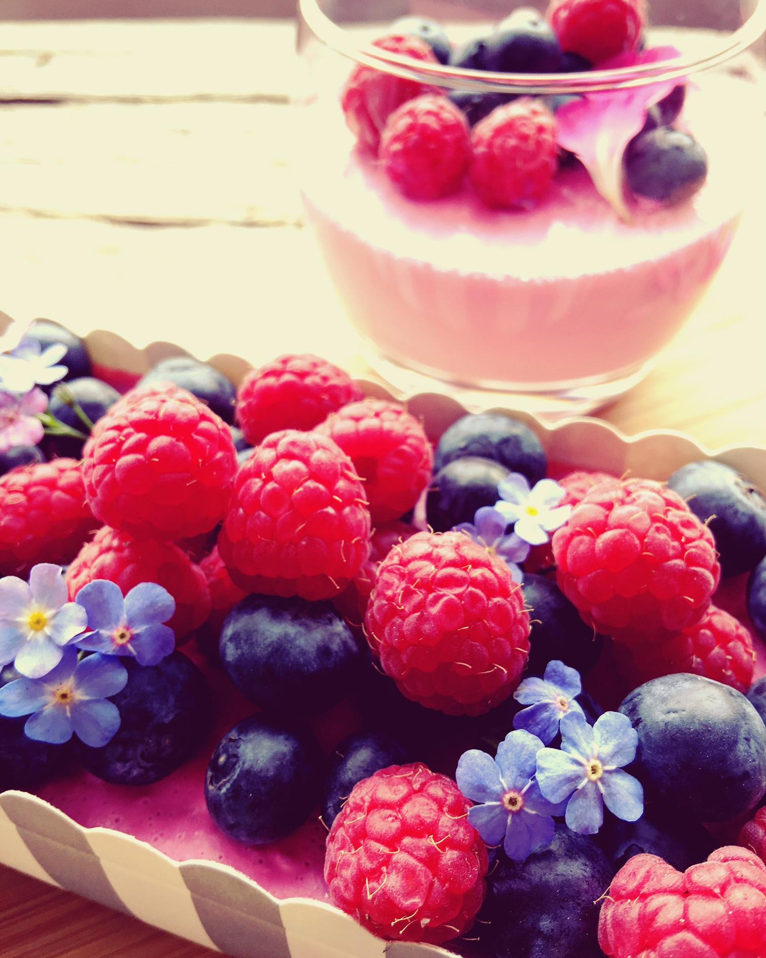Schokoladenkuchen mit Joghurt-Beeren-Topping in PINK und low carb: gute Laune garantiert!