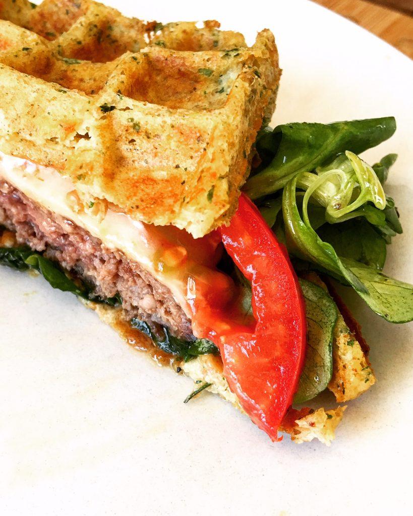 Low Carb Burger mit Gruyère in der Kräuterwaffel
