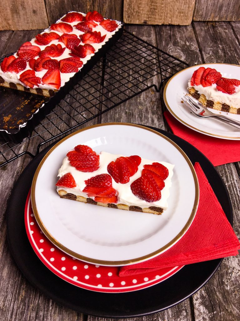 Zebra-Kuchen Low Carb mit Erdbeeren
