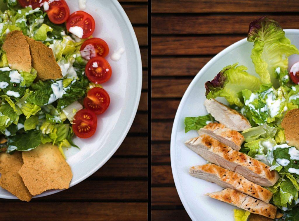 Salat mit Käse-Crackern, gegrilltem Hähnchen und cremigem Knoblauch-Dressing Low Carb