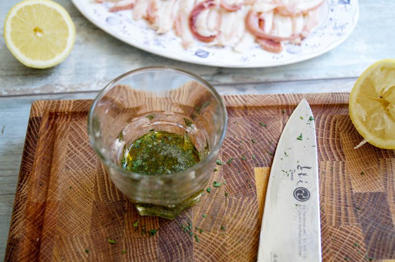 Tintenfisch-Carpaccio Dressing zubereiten