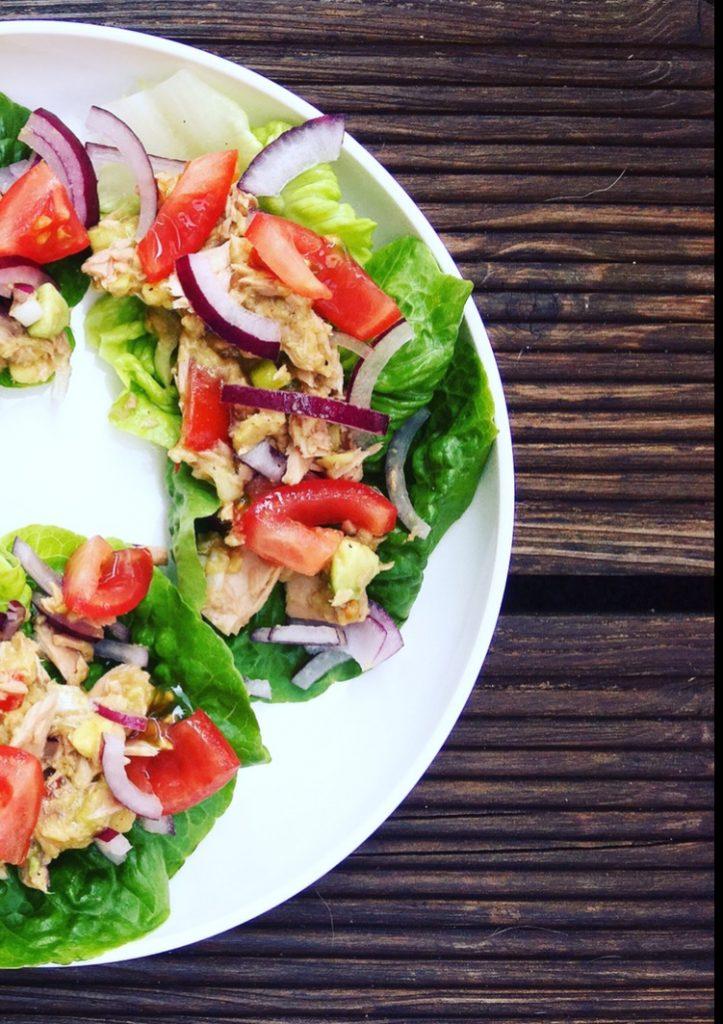Avocado-Thunfisch auf Salat - schneller Low Carb Snack