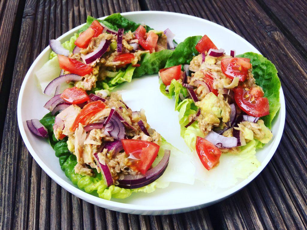 Avocado-Thunfisch auf Salat