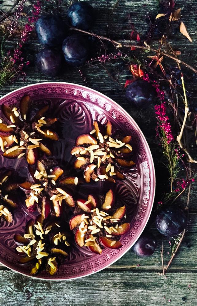 Schokoladen-Muffins mit Pflaumen und Mandeln ohne Mehl und Zucker