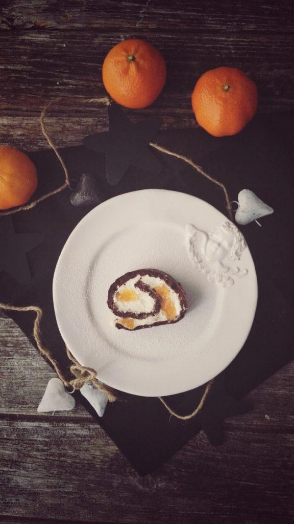 Schokoladen-Biskuitrolle Low Carb mit Sahnequark und Mandarinen