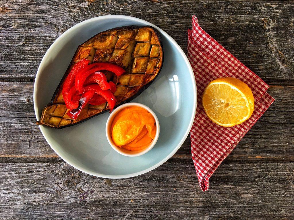 Gebackene Aubergine mit Karotten-Frischkäse-Dip Low Carb