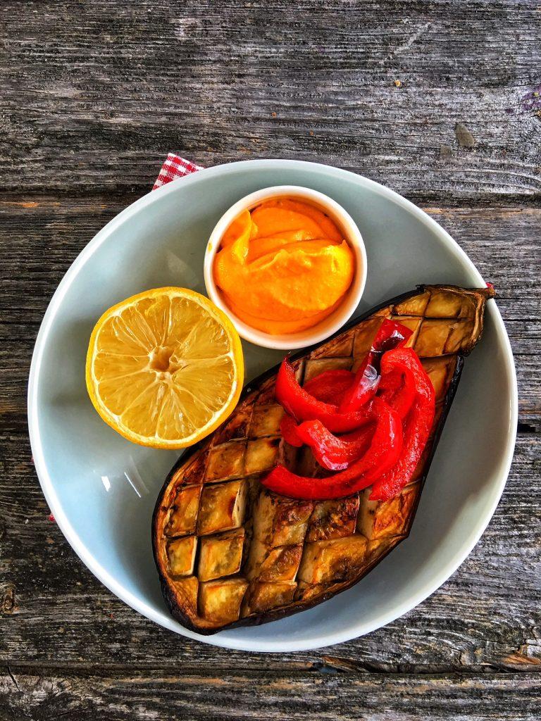 Low Carb schnell und einfach: Gebackene Aubergine mit Karotten-Frischkäse-Dip
