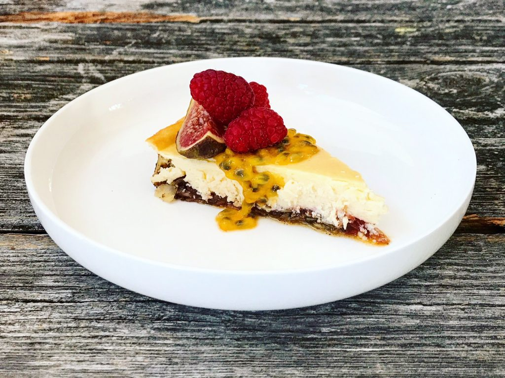 Köstlicher Low Carb Cheesecake mit Vanillemandelboden und Erdbeermarmelade von Holladiekochfee
