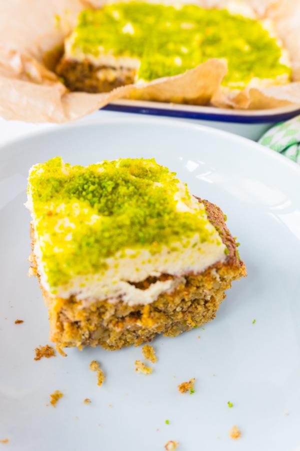 Weltbester Low Carb Carrot Cake mit Frosting und Pistazien
