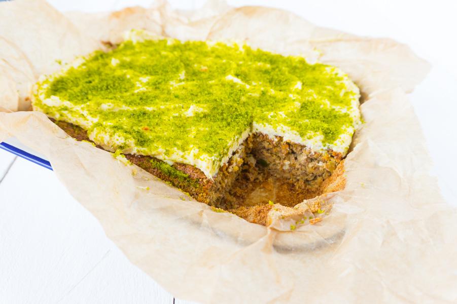 Low Carb Carrot Cake mit Frosting und Pistazien