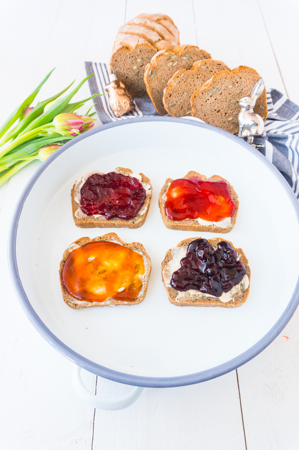 Roggen-Nuss-Brot mit Konfitüren