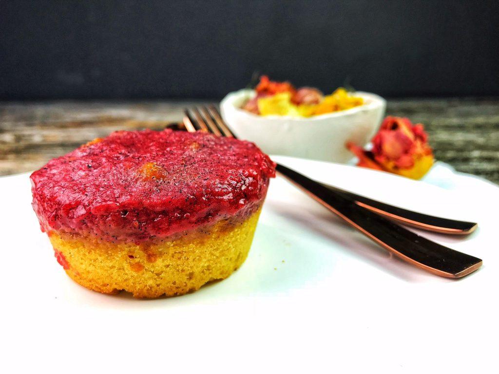 Löcherkuchen - Mini Cake Low Carb mit Erdbeeren