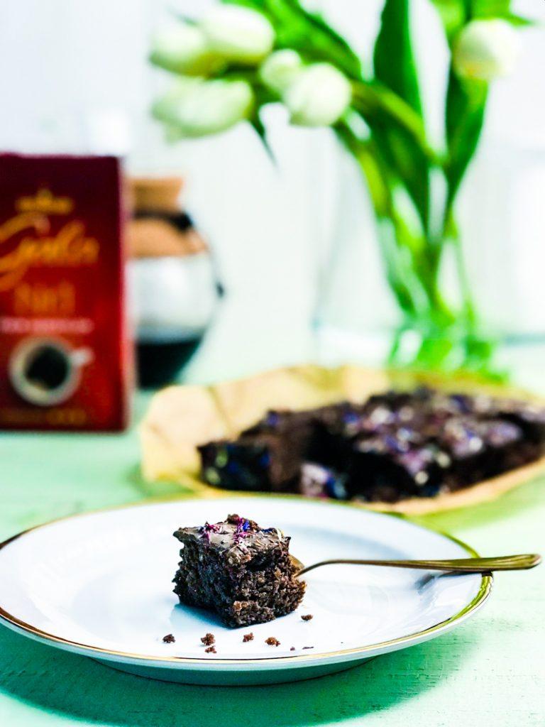 Brownie, einer auf dem Teller