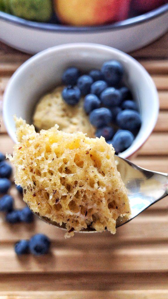 Low Carb Tassenkuchen Vanille-Haselnuss mit Beeren