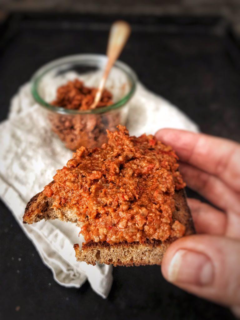 Teufelsaufstrich aus dem Backofen auf geröstetem Brot