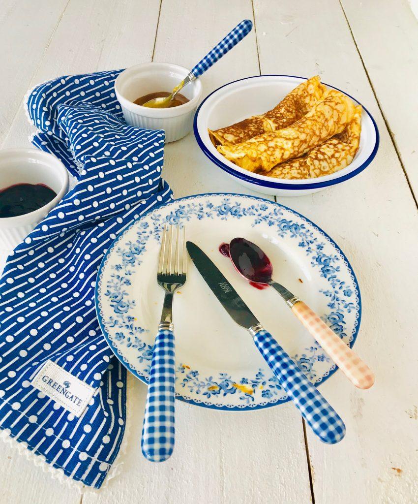 Crepes und ein leerer Teller