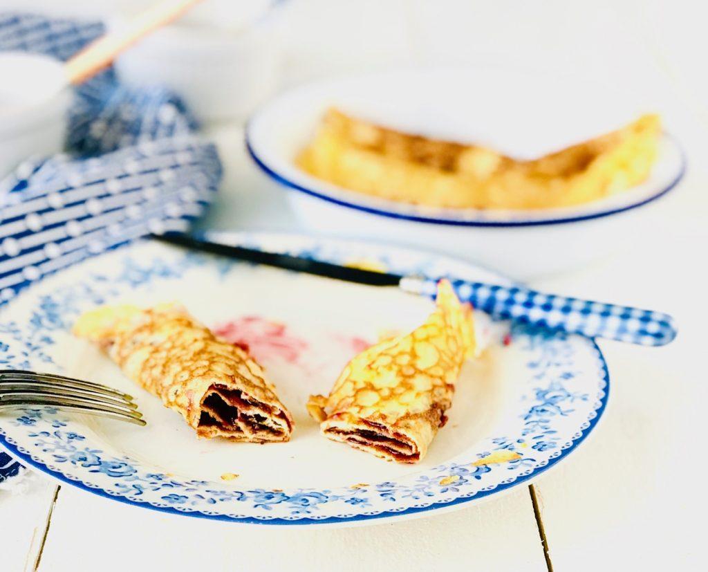 Pfannkuchen mit Marmelade und aufgeschnitten