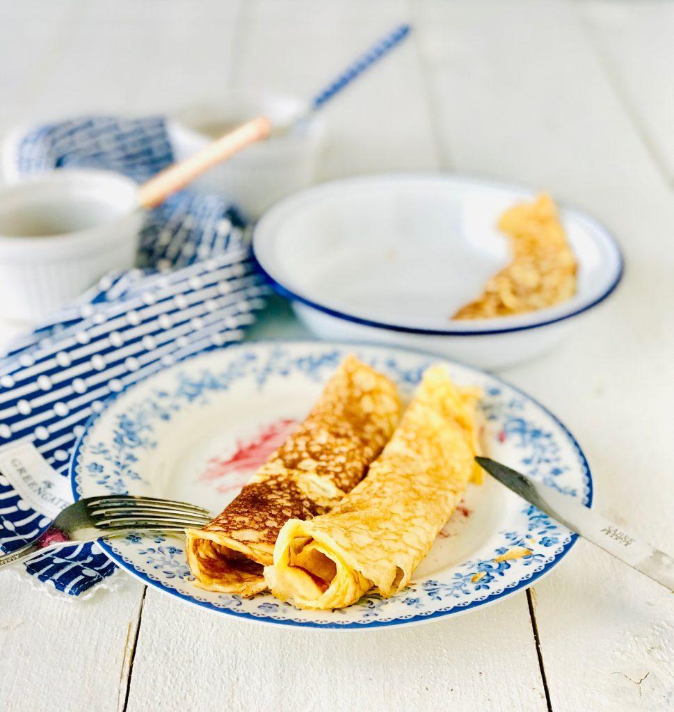Low Carb Crepes auf einem blau geblümten Teller
