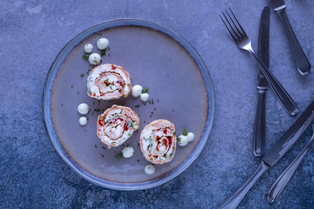 Low Carb Ofenpfannkuchen mit Gemüse & Feta aufgeschnitten