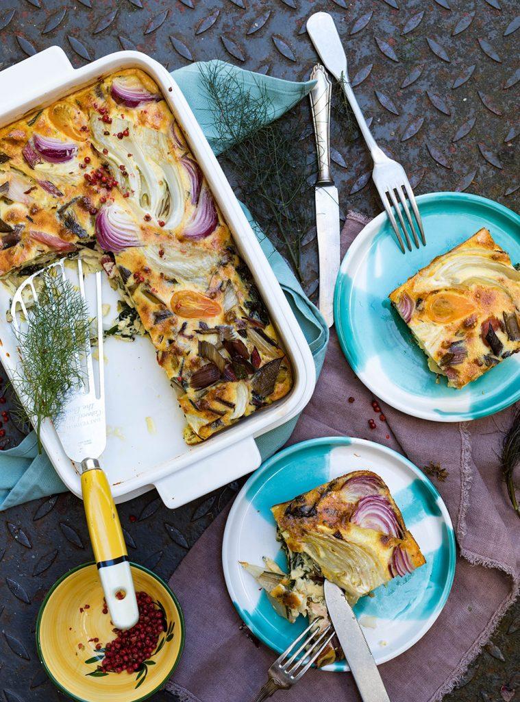 Frittata mit Fenchel und buntem Mangold auf Tellern