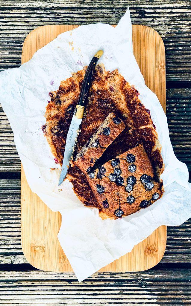 Süßes Frühstücksbrot mit Blaubeeren, aufgeschnitten auf einem Brett