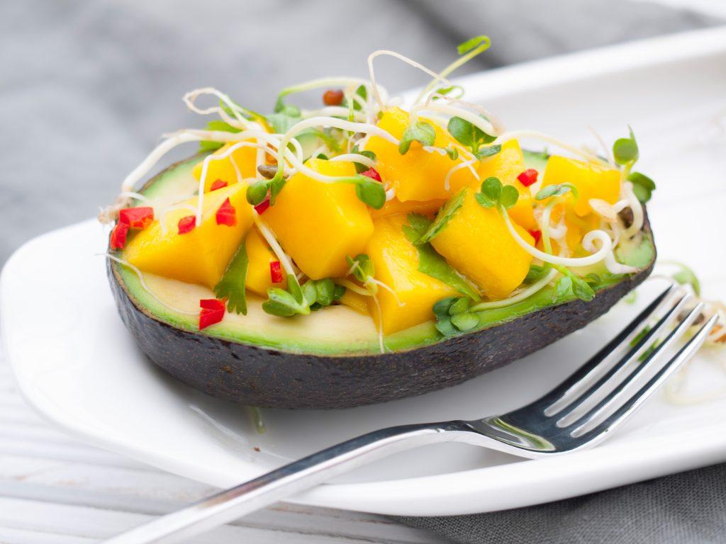 Avocado gefüllt mit Mangosalat