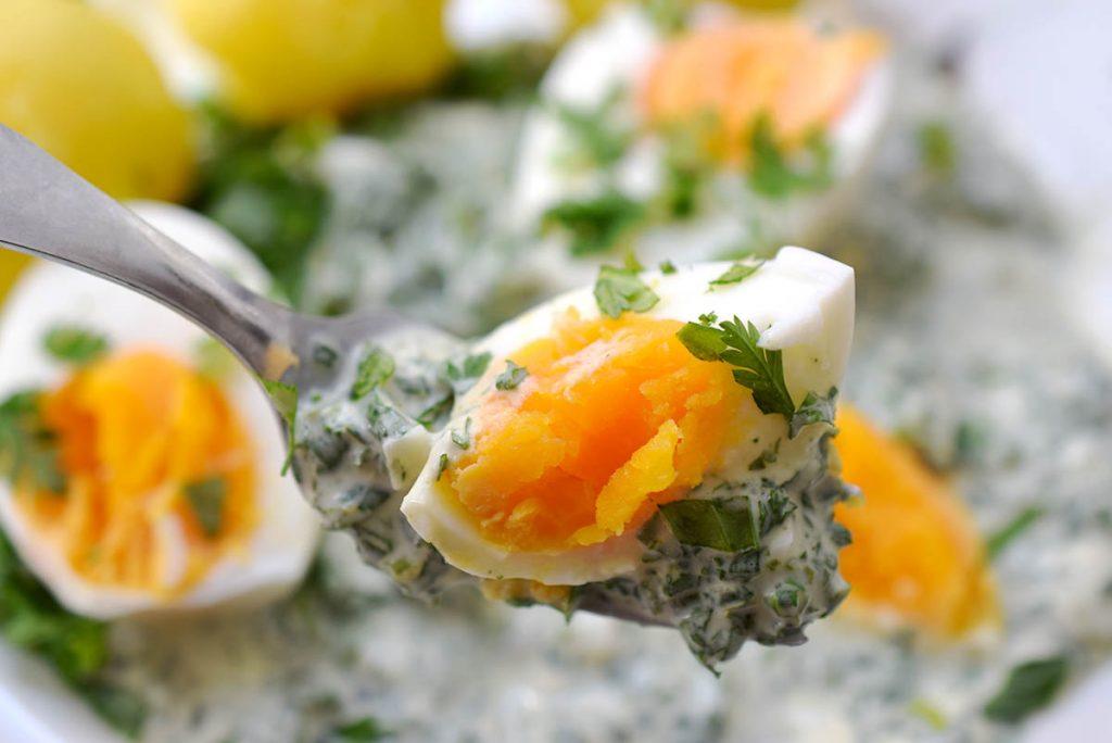 Nahaufnahme Grüne Soße mit Ei