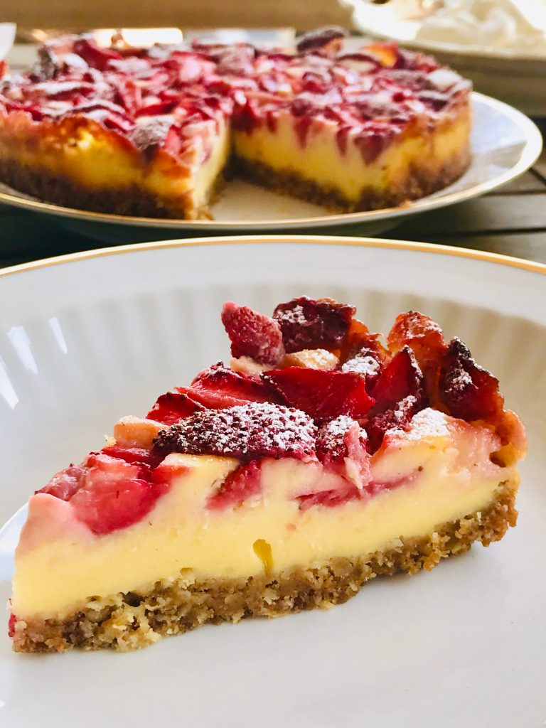 Low Carb Käsekuchen mit Erdbeeren, ein Stück auf dem Teller