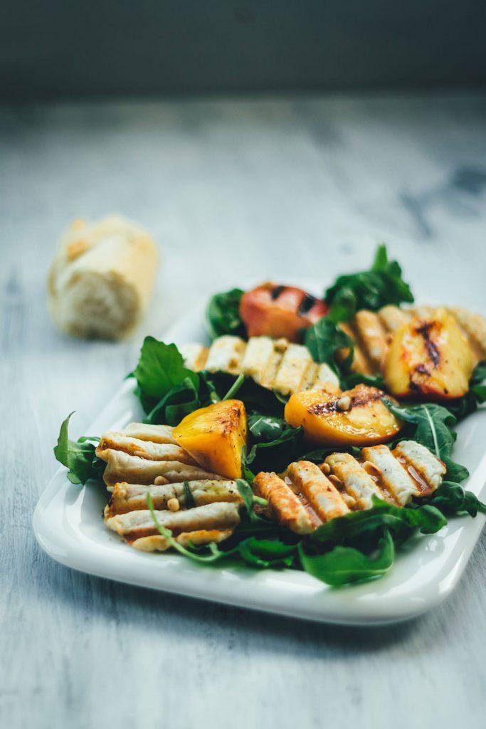 Salat mit gegrilltem Pfirsich