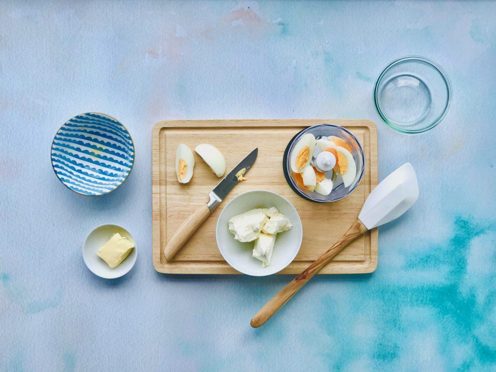 Gekochtes Ei, Butter und Frischkäse für den Dipp