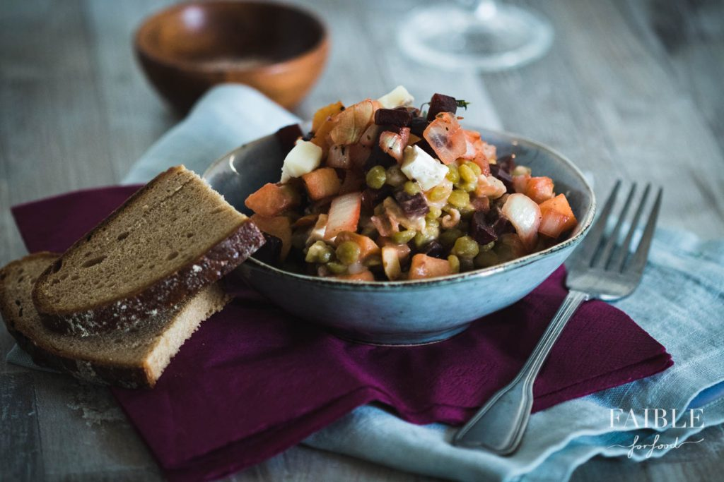 Salat mit Schälerbsen, Ziegenkäse, Thymian, roter Beete und Apfel