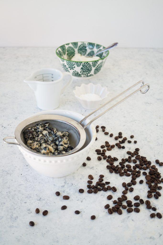 Kaffeebohnen in Sahne aufgekocht