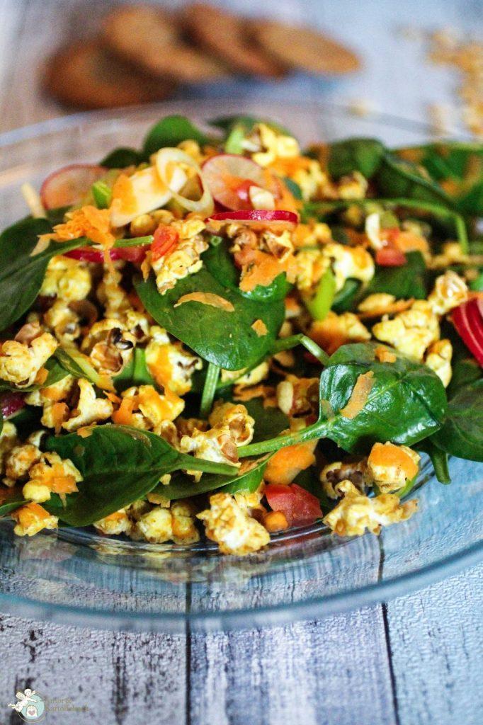 Popcorn Salat auf einem Teller