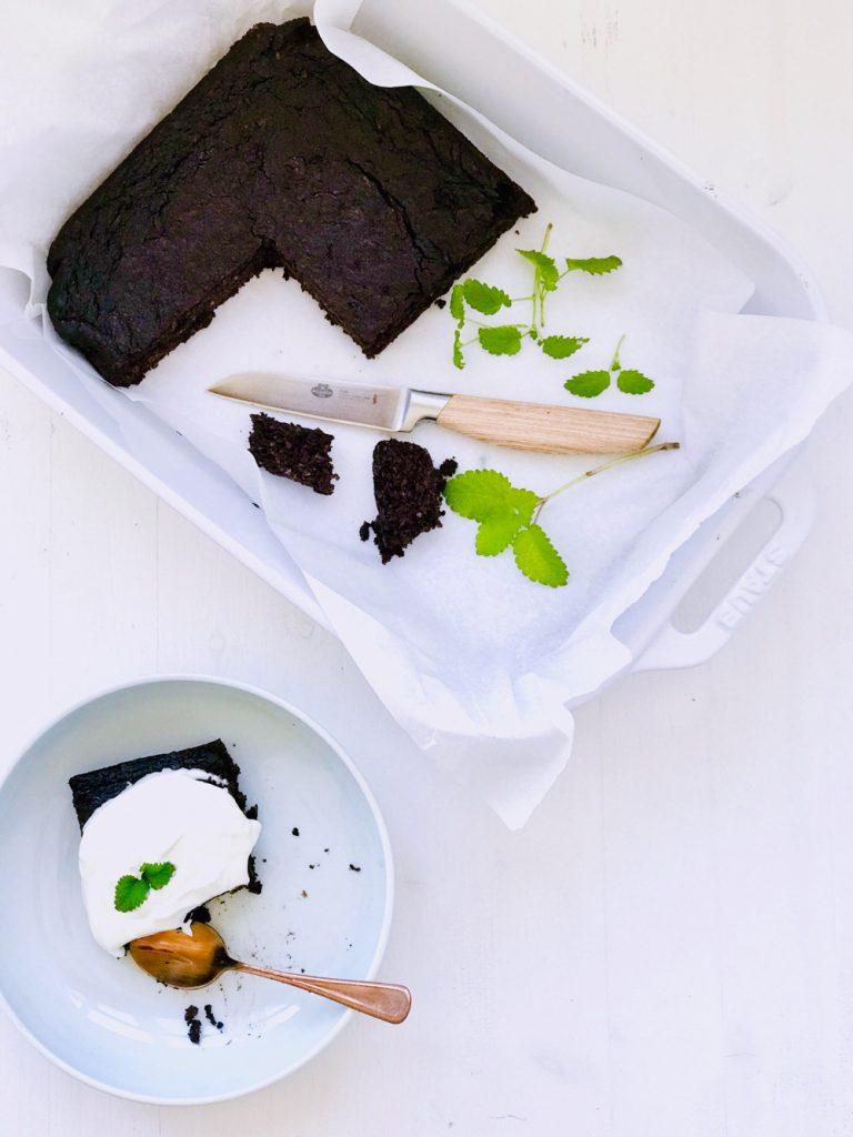 Zucchini Schokokuchen Low Carb aufgeschnitten mit Joghurt