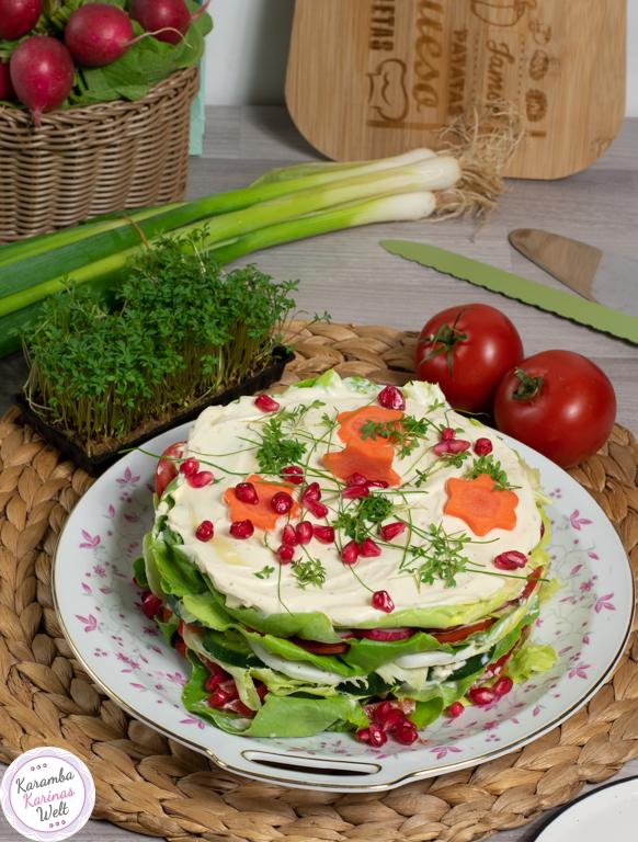 Salattorte mit Creme und Gemüse auf einem Teller