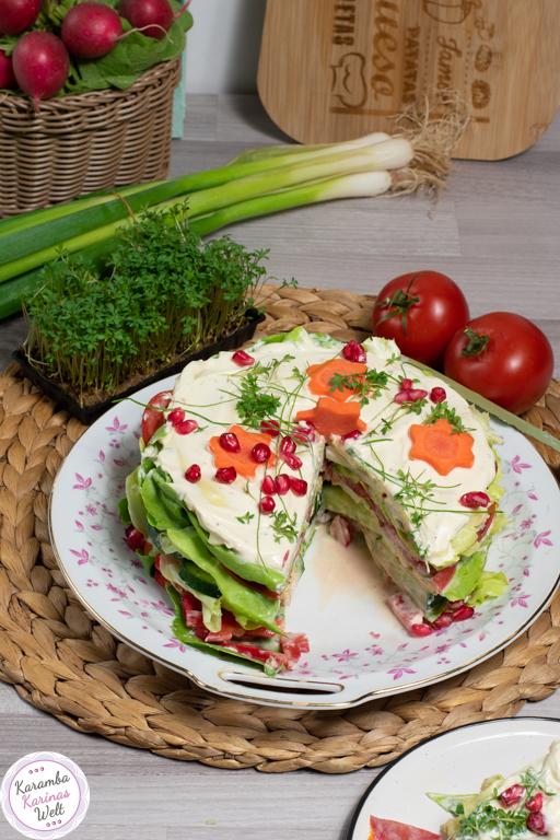 Salat-Schicht-Torte vegetarisch mit Karotten-Sternen und Granatapfelkernen obendrauf