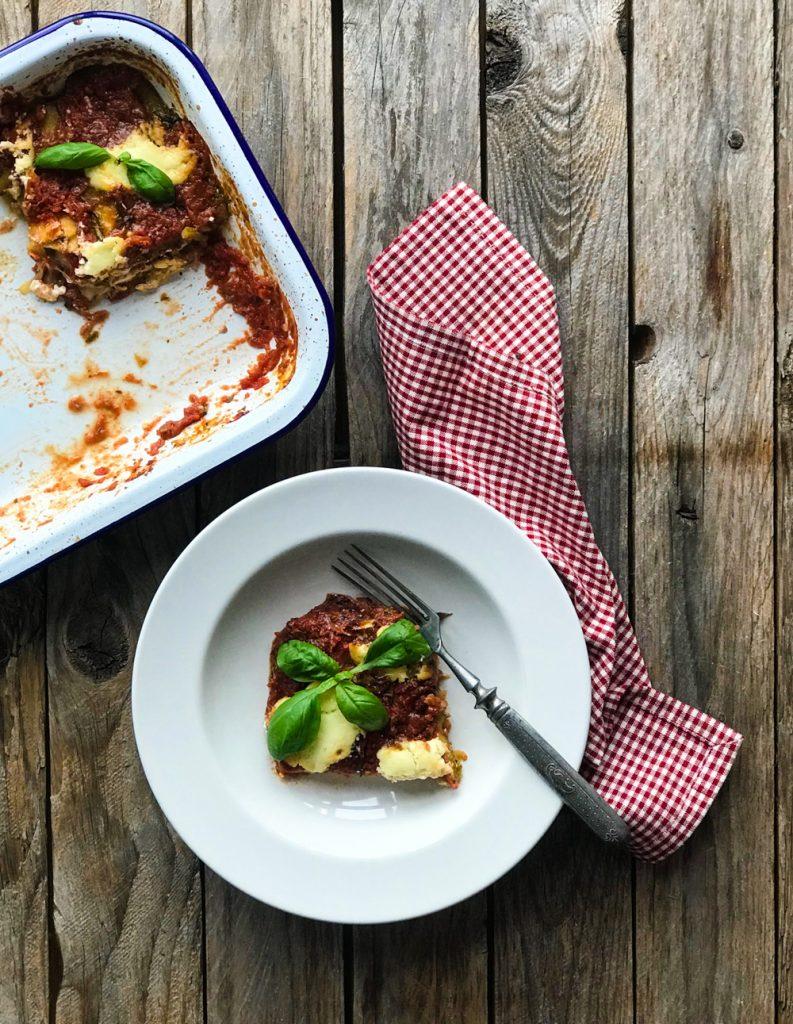 Parmigiana di Zucchine - Zucchiniauflauf vegetarisch, auf dem Teller