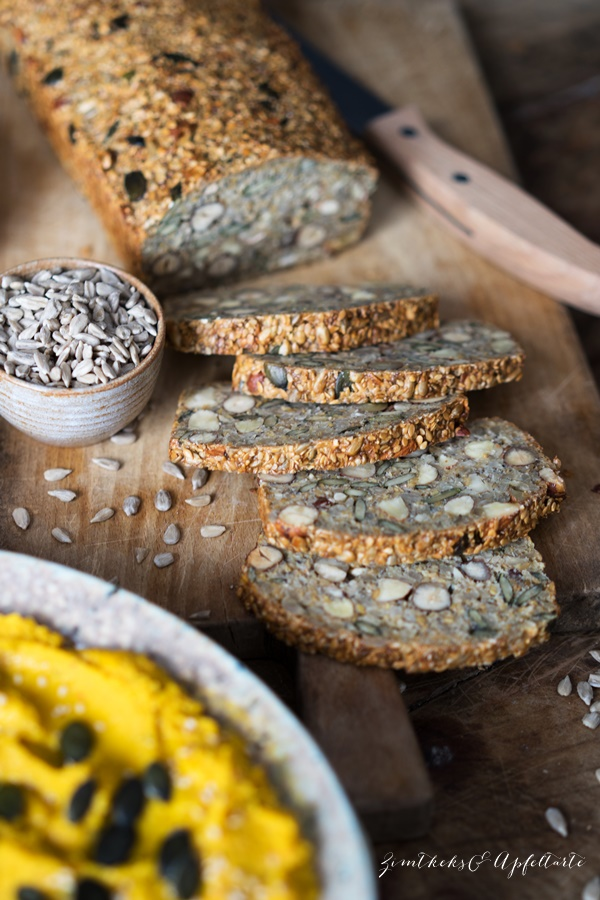 Low-Carb Saaten-Nuss-Brot mit Hummus