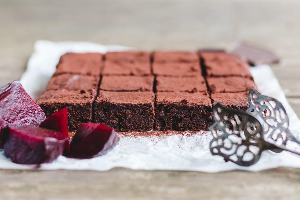 Supersaftige Rote Bete Brownies von der Seite fotografiert