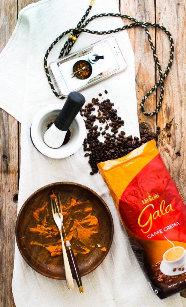 Leerer Holzteller mit Gala von Eduscho Cafee Crema Packung