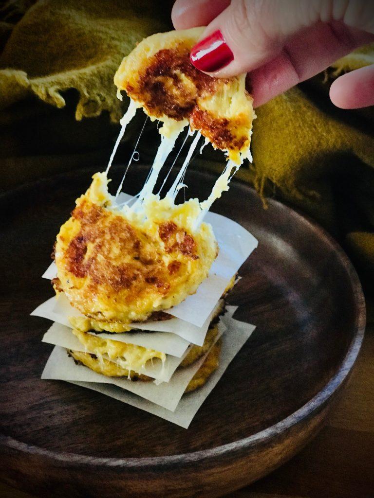 Kürbispuffer mit Käse zieht Fäden