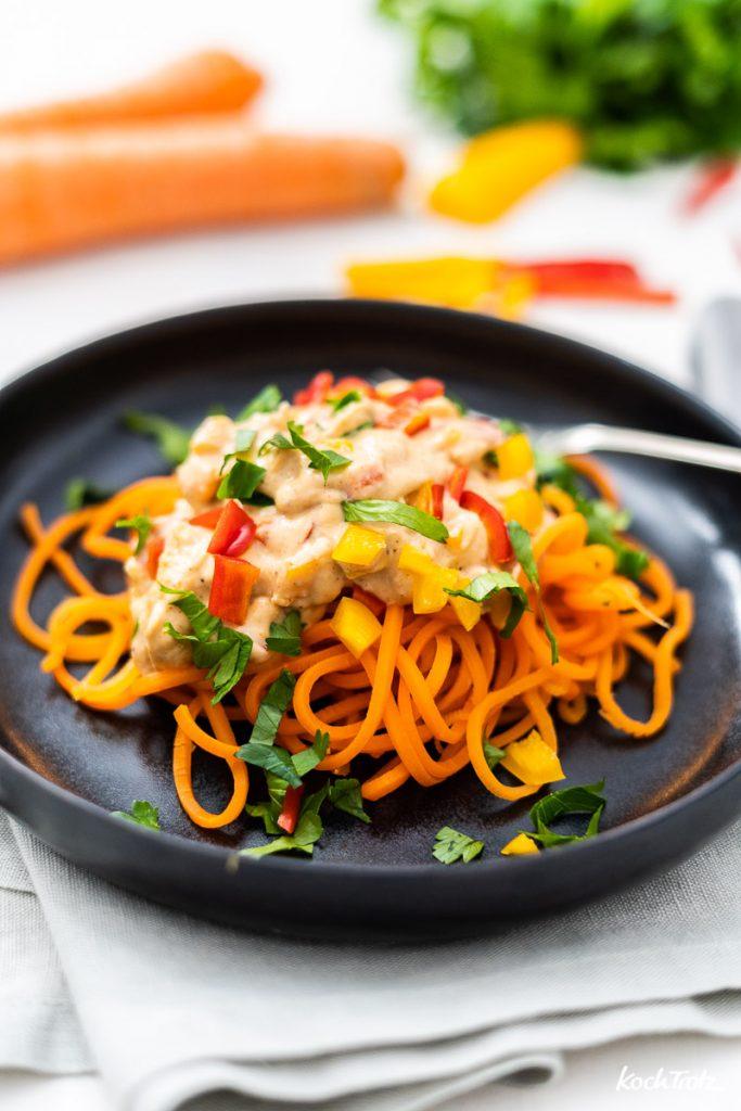 Karottenspaghetti in cremiger Mandelsauce vegetarisch