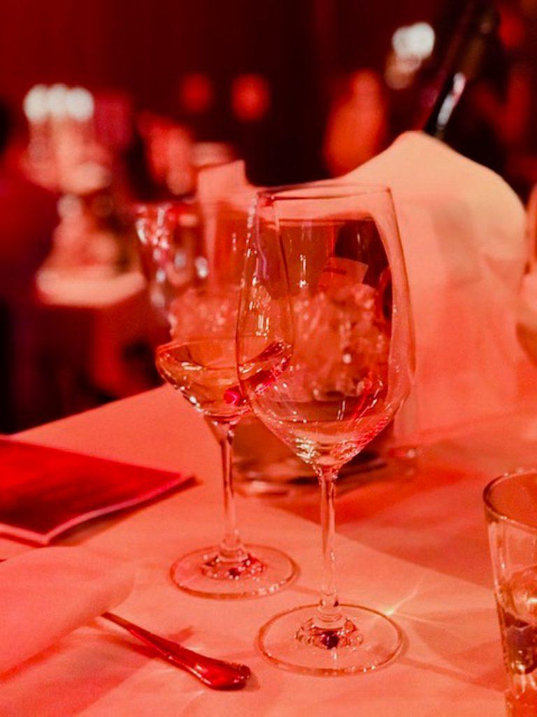 Zwei leere Weingläser auf dem Tisch im Palazzo
